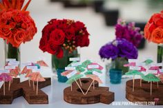 Cork board initials held the umbrella themed escort cards to provide a unique and tropical twist to this transit all medium. #mishkadesignsmexico #secretsmaroma