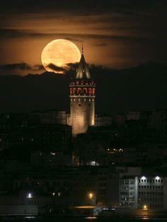 Galata Tower-Istanbul Turquía - [board_name] - Guten Morgen Beautiful Moon, Beautiful World, Beautiful Places, Espanto, Istanbul Travel, Moon Photography, Islamic Images, Destination Voyage, Turkey Travel