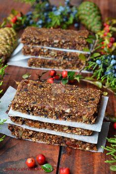 Batoane energizante cu fructe (raw-vegane) - CAIETUL CU RETETE Raw Dessert Recipes, Raw Desserts, Sugar Free Desserts, Raw Vegan Recipes, Sweets Recipes, Baby Food Recipes, Cake Recipes, Granola, Vegan Bio