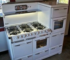 From The Old Vintage Stoves Look To The New Reproduction One's! I love this stove and would so put it in my kitchen Old Stove, Stove Oven, Old Kitchen, Kitchen Decor, Kitchen Design, Micro Kitchen, Basement Kitchen, Updated Kitchen, Cuisinières Vintage