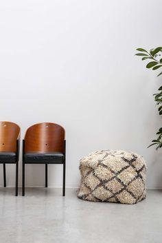 LARGE AZILAL FLOOR CUSHION NO.6   #interior #interiorinspiration #polishedconcrete #interiordesign #indoorplant #designer #myhabitatonline #beniourain #floorcushion #Beniourainrug #pouf #vintagerug #azilal #azilalrug #wool #woven #handmade #cushion #abstract #abstractpattern #abstractart #custommade #rug #wovenrug #knottedrug #fluffypillow #fluffy #kilimrug#flatweave