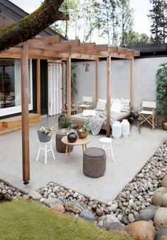 Ekteparet Pay ønsket seg et lunt oppholdssted utendørs, med mange bruksmuligheter. Løsningen ble betongplatting, pergola og daybed i hagen.