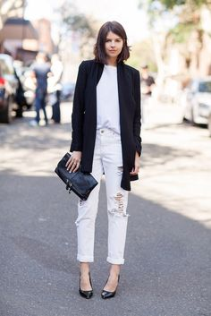 How to wear white boyfriend jeans: Try them with a white t-shirt, black heels, and a long black blazer. Click for more outfit ideas.