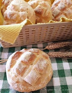 How to make homemade bread with a soft crumb and a thin crunchy crust? Bakery Recipes, Bread Recipes, Cooking Recipes, My Favorite Food, Favorite Recipes, Focaccia Pizza, Easy Bread, Snacks, Italian Recipes