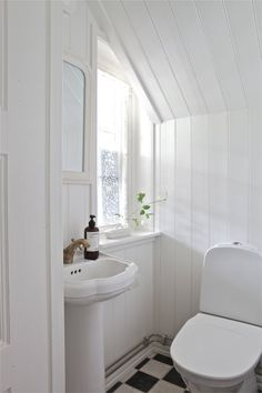 Lantligt badrum, love the black and white floor Small White Bathrooms, Bathroom Style, Updating House, Attic Master Bedroom, Bathroom Renovations, Bathroom Makeovers On A Budget, Cottage Bathroom, Rustic Bathrooms, Bathroom Inspiration
