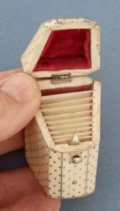 Victorian Slope Top Piqué Needle case