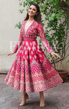 The pressure is on, to see who has the best diwali look.Let Bollywood (and us) help you out, with our style editor's top six, celeb style Diwali look picks. Mehendi Outfits, Indian Bridal Outfits, Indian Fashion Dresses, Dress Indian Style, Indian Gowns, Indian Designer Outfits, Indian Attire, Indian Wear, Fashion Outfits
