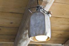 Dans un chalet à Megève : Recycler une vieille gourde de montagnard dont vous découperez le fond, avant de faire passer fil électrique et ampoule.