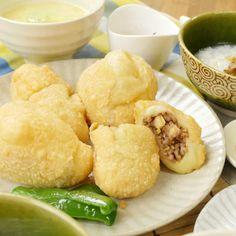 """外カリッ中モチッの楽しい食感が味わえる「咸水角(ハムスイコー)」のレシピをご紹介します。生地に白玉粉を混ぜ込み、もちもち食感に仕上げた""""中華風揚げもち餃子""""です。小腹が空いたときや、おつまみにもおすすめですよ♩ Snack Recipes, Snacks, Chips, Cooking, Ethnic Recipes, Foods, Asian Recipes, Tapas Food, Food Food"""