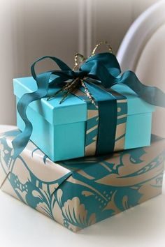 What an amazing gift packaging ideas. Use scraps of patterned paper to adorn the wrapping of another gift in a coordinating color. top with a matching ribbon. Creative Gift Wrapping, Wrapping Ideas, Creative Gifts, Unique Gifts, Wrapping Paper Design, Craft Gifts, Diy Gifts, Gift Wraping, Christmas Gift Wrapping