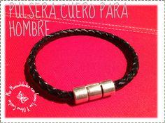 Pulsera de cuero para hombre.  http://manualidadescongomaeva.blogspot.com.es/2013/12/pulsera-cuero-para-hombre.html