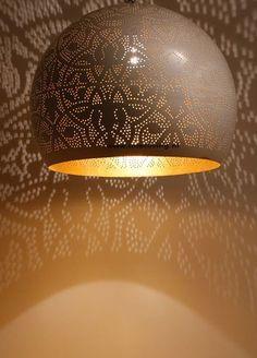 witte bolvormige filigrain lamp