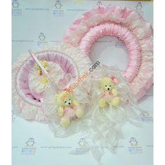 Pembe Ayıcık Bebek Odası takımı; ayıcıklı kapı süsü, bebek sepeti ve takı yastığıyla çok şık bir özel tasarım. Pengu Bebek