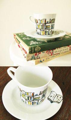 Na een lekker voetbad en een scubbeurtje voor mijn voeten vind ik het heerlijk om na te genieten met een kopje thee en een goed boek!