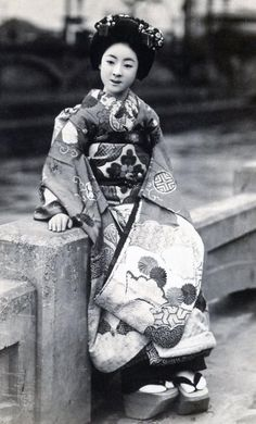 Maiko by the River 1920s, [Japan]. Text and image via Blue Ruin 1 on Flickr