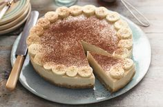 Slimming World's banoffee pie is a guilt-free dessert you'll just love if you're on the Slimming World plan. Made with bananas low-fat spread digestive biscuits and a Slimming World favourite Muller Light this creamy dessert is a real treat. This reci Slimming World Deserts, Slimming World Puddings, Slimming World Recipes Syn Free, Slimming World Diet, Slimming Eats, Slimming World Biscuits, Slimming World Cheesecake, Slimming World Breakfast, Cooking