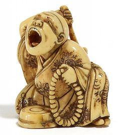 NETSUKE: SAIMON, ELFENBEIN. Frühes 19.Jh. Der buddhistische Ausrufer Saimon sitzend die Trommel schlagend, in der Linken den Rosenkranz und mit weit geöffnetem Mund seine Botschaft vortragend. Fein geschnitzt und graviert mit dunkel eingefärbten Gewandmustern und schöne, gold-gelbe Gebrauchspatina. Sign.: Shuosai, laut LA, S.1006/7, bekannt für seine Darstellungen von Männern in dramatischen Posen. H.3,6cm.