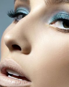 Blue eyeshadow - Nude lips - Make-up
