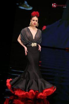Recogidos flamenca para Pelo Corto Elegantes Flamenco Costume, Flamenco Dancers, Dance Costumes, Flamenco Dresses, Colorful Fashion, Love Fashion, Spanish Dress, Spanish Style, Spanish Fashion