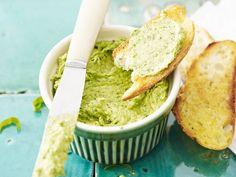 Manchmal braucht es nur Brot und einen guten Aufstrich. Bärlauch-Walnuss-Aufstrich - smarter - Kalorien: 139 Kcal - Zeit: 15 Min. | eatsmarter.de