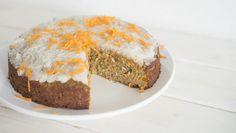 Paleo Möhrenkuchen: 4 Eier mit 70g Datteln zu einer glatten Masse mixen, 200g Möhren feinraspeln, beides zusammen mit 60g Kokosöl, je 1Prise Zimt/Salz, 1TL frisch geriebenen Ingwer mit Schneebesen zusammenrühren. 1TL Backpulver unterrühren. Teig in eine gefettete kleine Kuchenform geben, im vorgeheizten Backofen bei 175°C für 40-50min backen, (nach 20min mit Alufolie abdecken). Frosting: je 50g Koksöl & -raspel, 20g Honig, 1EL Zitronensaft glattmixen und auf den abgekühlten Kuchen streichen.