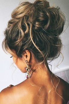 36 Messy wedding hair updos for a gorgeous rustic country wedding to chic urban wedding. Take a look at these 27 pretty messy wedding hair updos and they would fit in so well for a gorgeous rustic country wedding to chic urban wedding. Wedding Hair And Makeup, Hair Makeup, Hair Wedding, High Updo Wedding, Makeup Hairstyle, Beauty Makeup, Prom Makeup, Trendy Wedding, Curly Hair Updo Wedding