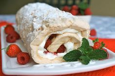 Summer Berry Meringue Roulade is so creamy and easy to make! You would think that this is a difficult recipe to make but it is really simple. This Berry Meringue Roulade is perfect for a summertime dessert. Summer Desserts, Easy Desserts, Delicious Desserts, Dessert Simple, Roulade Meringue, Cake Recipe With Eggs, Mousse Au Nutella, Difficult Recipe, Roulade Recipe