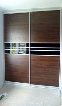 Drzwi szafy wykonane z czarnego lacobelu i płyty http://goryniak.pl/galeria_szaf/077szafy.jpg meblowej - podziały dodają uroku i niepowtarzalności tej zabudowie. Dzięki kontrastowym wstawkom zyskuje w oczach odbiorcy.