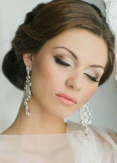 Свадебный макияж: важные правила Следует соблюдать ряд правил, которые позволят существенно упростить подготовку к важному мероприятию, а также избавят от неожиданных сюрпризов, добавив уверенности в собственном обаянии и свадебном макияже.