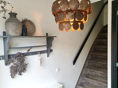 Lampe à disque couloir tapis escalier mur royal couloir cruche bâtons de parfum branche de date