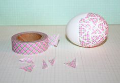 Washi Tape Easter Eggs (Get the tape here: www.washitapes.nl/washi-tape/stripy-washi/p-1/021--pink-green-plaid-washi-tape.html)