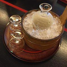 2015 #kaiseki #3star #michelin #fukuoka #travel #foodie #japan #sake 아무리 3스타라지만 이렇게 아름다운 잔과 병에 술을 담아주니 더 맛이 있을 수 밖에 소주도 이렇게 담으면 맛이 더 좋아지려나 카이세키요리만큼 부가가치가 높은 요리도 없을 듯! by ageha47