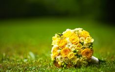Download wallpapers yellow wedding bouquet, flowers on the grass, yellow roses, 4k, wedding rings, bridal bouquet, wedding concepts, gold rings