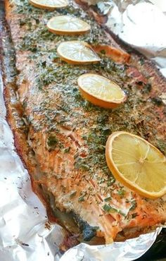 Helstekt lax i ugn är så gott och smidigt att laga, den blir saftig och sköter sig själv i ugnen. Praktisk och festlig vardagsmat Baked Salmon Recipes, Fish Recipes, Lunch Recipes, Dinner Recipes, Cooking Recipes, Swedish Cuisine, Zeina, Swedish Recipes, Foods With Gluten