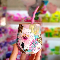 ✨Lo hermoso que es este diseño!! 🧉😍. Los ma - tuspomponeteslp Crafts To Make And Sell, Easy Diy Crafts, Pottery Painting Designs, Decoupage Glass, Vase Crafts, Painted Jars, Diy Bottle, Diy Painting, Diy Art