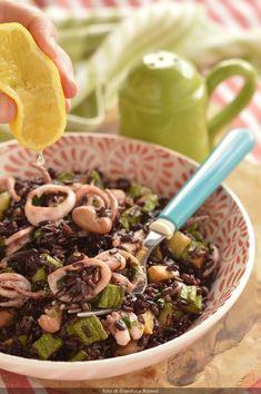 Insalata di riso con totani e zucchine: un piatto unico freddo, leggero e gustoso. Facile da preparare.  Rice salad with squid and zucchini, a main dish fresh, delicious and easy to prepare.  #insalate #insalatadiriso #riso #rice #ricesalad #squid #calamari #zucchine #primipiatti #piattifreddi #piattiunici #maindishes Squid Recipes, My Recipes, Calamari, Rice Salad, Ramen, Couscous, Beans, Ethnic Recipes, Vegetables
