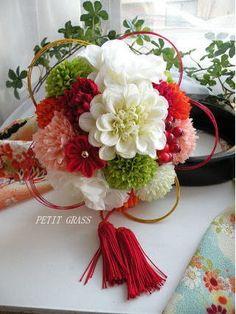 和装ボールブーケ・手まり風ブーケ Wedding Centerpieces, Wedding Table, Wedding Bride, Wedding Bouquets, Dwarf Fruit Trees, Wedding Kimono, Japanese Wedding, Flower Ball, Candy Bouquet