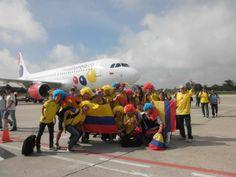 Qué tal esta foto, nuestros clientes llenando los aviones de VivaColombia de color, alegría, sonrisas y diversión. ¡Gracias por hacer la experiencia Viva aún mejor!