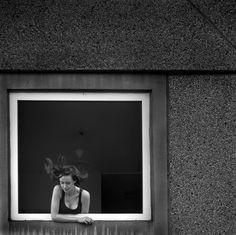 Nos encanta como Linus Lohoff retrata esos momentos tan especiales mediante detalles que pasan inadvertidos para la mayoría pero que se quedan en la retina de la gente sensible. El paso de un avión, el reflejo de un charco, el viento en la cara, un cigarrillo…