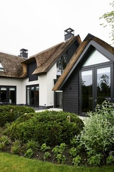 Hier vind je alle foto's met woonideeën. Dream Home Design, House Design, Different House Styles, Building Front, Black House Exterior, Thatched House, Tiny House Nation, Dark House, Exterior Remodel