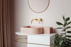 Jörger zeigt ein Badezimmer im Retro-Look, ausgestattet mit einem Keramikwaschbecken in rosé und goldenen Armaturen. Jörger | www.joerger.de Sink, Retro, Design, Home Decor, Company Profile, Taps, Full Bath, Homes, Sink Tops