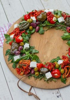 Make an edible Christmas wreath yourself - 35 ideas for your party table Party Finger Foods, Snacks Für Party, Xmas Food, Christmas Cooking, Super Healthy Recipes, Healthy Foods To Eat, Party Food Platters, Party Buffet, Holiday Tables