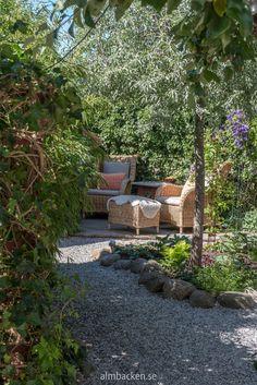 Ateljé Harmoni och Glädje — Almbacken Trädgårdsdesign Back Gardens, Stepping Stones, Patio, Garden Design, Pergola, House Styles, Outdoor Decor, Gardening, Home Decor