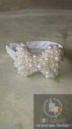 Tiara de luxo toda bordada em pérolas costuradas com aplicação de strass Preciosa.
