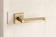 『MATUREWARE by FUTAGAMI』はFUTAGAMIの建築金物に特化した新ブランドです。建築金物を意味する『hardware』の'hard'を【熟成した】という意味を持つ'mature'という言葉に置き換え、【熟成する金物】『MATUREWARE』という造語をブランド名にしました。FUTAGAMIの特徴である『真鍮鋳肌』の経年変化を楽しめる、人と場所に馴染んでいく建築金物シリーズです。 #ドアノブ #レバーハンドル #真鍮