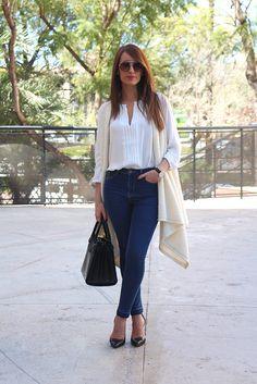 http://ainatrendy.com/camisa-blanca-jeggings-y-chaleco-de-punto/