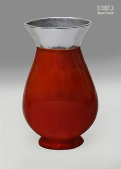 This vase will stand out on any table or stand for sure! Made of aluminium, this elegant and charming vase comes in a gorgeous red color. This can be a great gift option too!
