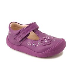 Made from high quality leather these girls shoes feature a pretty flower design on the front and are designed to offer the support and comfort little feet need when learning to take their first steps.
