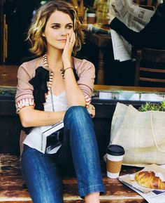 I love Keri Russell. Beautiful outfit and her hair makes me want to cut mine.