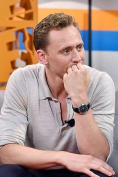 Tom Hiddleston visits the Fandango Studio at San Diego Comic-Con International 2016 on July 23, 2016 in San Diego, California. Full size image: http://ww4.sinaimg.cn/large/6e14d388gw1f64s9f2it7j21kw11vnd5.jpg Source: Torrilla, Weibo